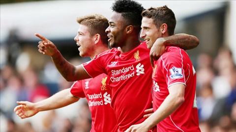 Sterling (giữa) được đồng đội chúc mừng sau khi ghi bàn