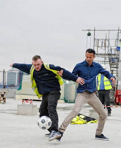 Giggs và Neville sắp khai trương khách sạn bóng đá