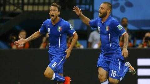 De Rossi (phải) ghi bàn ấn định chiến thắng 2-0 cho Italia