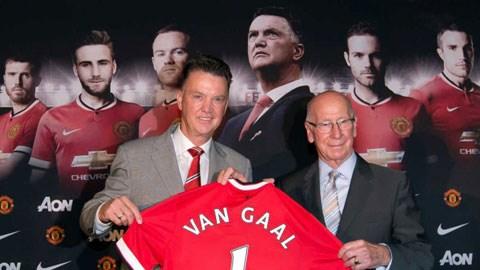 HLV Van Gaal (trái) và Sir Bobby Charlton