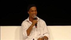"""""""Chân dài"""" vô tư chen ngang cuộc phỏng vấn Ronaldinho"""