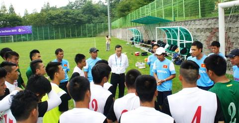 Phó chủ tịch VFF Trần Quốc Tuấn thăm đội tuyển Olympic Việt Nam