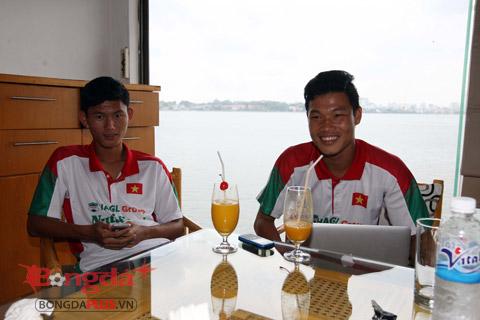 U19 Việt Nam niềm nở đón tiếp người hâm mộ