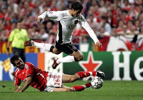 "Ferdinand kể chuyện Sir Alex ""sấy tóc"" cho Ronaldo"