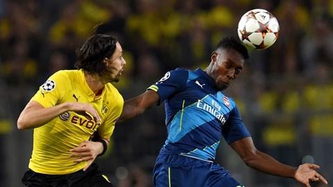 Arsenal (phải) đã thua tâm phục khẩu phục trước Dortmund