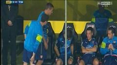 Quá đãng trí, Podolski phải mượn tạm đồ của Oezil