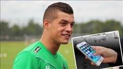"""Cầu thủ M'Gladbach đang thi đấu bỗng """"vấp"""" phải iPhone"""