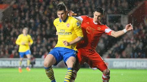 Arsenal (áo sáng) phải gặp đối thủ khó nhằn Southampton