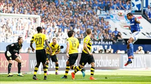 Trận thua Schalke khiến Dortmund (bìa trái) bị Bayern bỏ xa tới 7 điểm