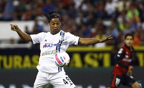 CĐV mê mẩn với pha đá phạt tuyệt đẹp của Ronaldinho