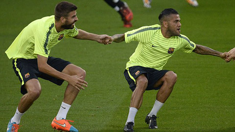 Barcelona giữ Dani Alves nhưng sẽ mất Pique?