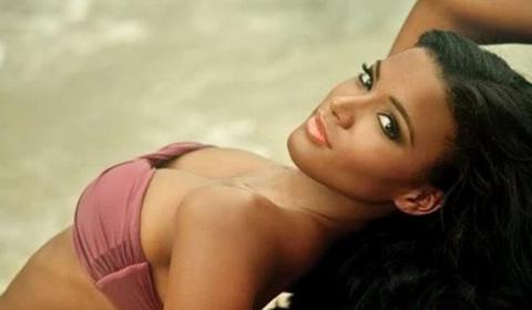 """Chuyện bên lề: Ronaldinho """"bất lực"""" trước Hoa hậu Angola"""
