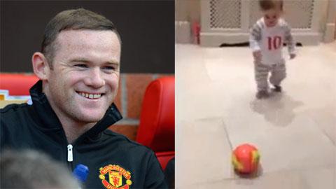 Quý tử nhà Rooney vừa biết đi đã biết đá bóng