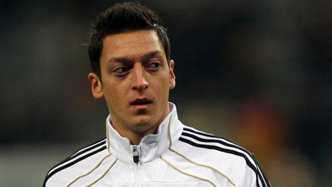 Mesut Oezil ngồi ngoài 3 tháng vì chấn thương đầu gối