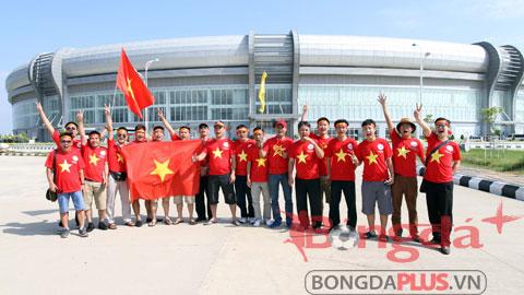 Rất đông CĐV Việt Nam tới sân cổ vũ cho U19 Việt Nam