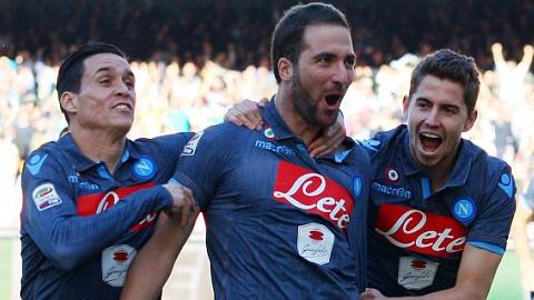 Napoli hạ Roma để vào tốp 3, Inter thua mất mặt
