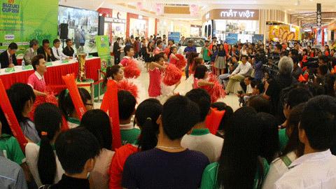 Đông đảo NHM đã đến chiêm ngưỡng chiếc cúp AFF Suzuki - Ảnh: Đình Viên