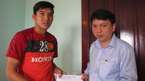 Lãnh đạo VFF thăm cầu thủ Đào Duy Khánh