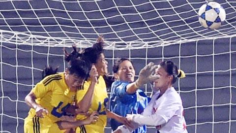 Một pha tranh bóng giữa nữ TP.HCM và Quảng Ninh - ảnh Quang Thắng
