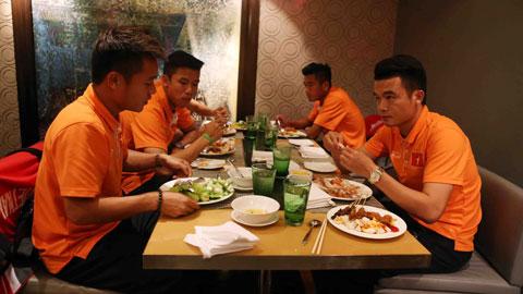 Các cầu thủ ĐT Việt Nam dùng bữa tối đặc biệt tại khách sạn Hilton. Ảnh: Phan Tùng
