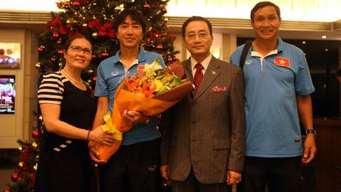 Lãnh đạo Đại sứ quán Việt Nam tại Malaysia thăm ĐT Việt Nam