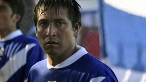 """""""Ăn gạch"""" của fan cuồng, cầu thủ Argentina tử vong"""