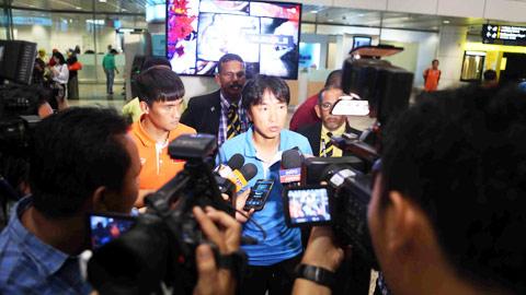 HLV Toshiya Miura trong vòng vây của giới truyền thông Malaysia