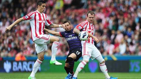 Arsenal (giữa) khó ra về với 3 điểm khi phải làm khách của Stoke City