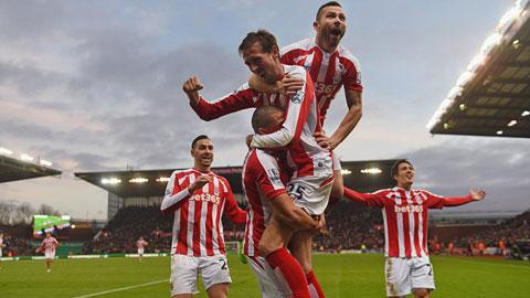 Stoke 3-2 Arsenal: Rơi thẳng xuống vực sâu