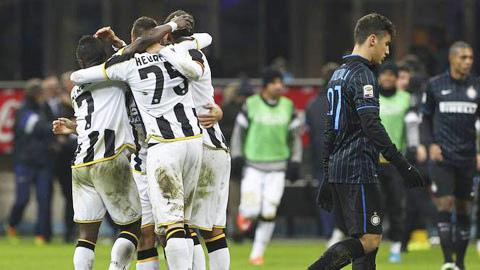 Inter (phải) gục ngã trước Udinese....