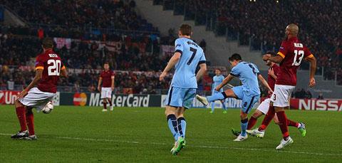 Nasri tung cú sút quyết đoán bằng chân phải mở tỷ số cho Man City