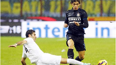 Phong độ kém cỏi hiện tại sẽ khiến Inter (phải) gục ngã tại Bentegodi
