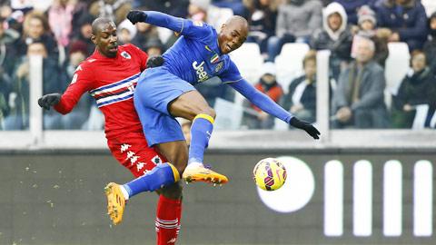Cú vấp của Juventus (phải) trước Sampdoria khiến cuộc đua Scudetto hấp dẫn hơn