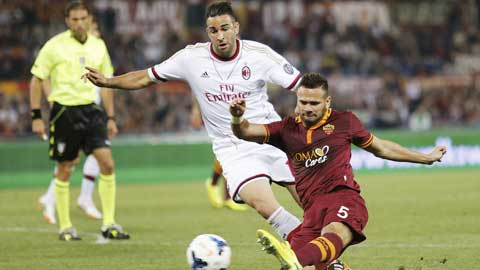 """5 mùa gần nhất, Milan (áo sáng) thua đến 4 trận """"tất niên"""", trong đó có 2 lần thua trước chính Roma"""