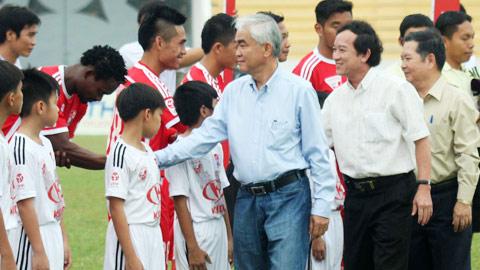 Chủ tịch VFF Lê Hùng Dũng xuống sân động viên hai đội Đồng Nai và Than.QN trước giờ bóng lăn