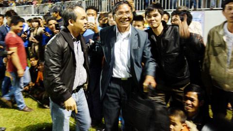 Ông Đoàn Văn Hải (phải) được Chủ tịch HA.GL Đoàn Nguyên Đức xuống tận sân mời lên khán đài theo dõi trận đấu