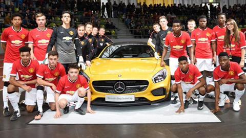 Các cầu thủ M.U U19 xung quanh chiếc xe của nhà tài trợ Mercedes