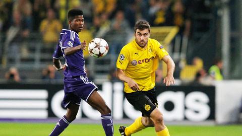 Dortmund (phải) cần một chiến thắng để lấy tinh thần bước vào lượt về Bundesliga đầy cam go