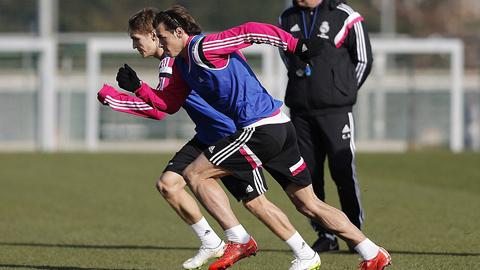 """Gareth Bale cho tân binh Odegaard """"hít khói"""" ở buổi tập đầu tiên"""