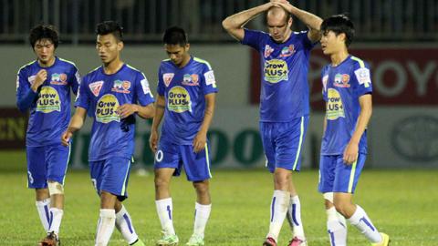 Cosmin (thứ 2 từ phải sang trái) đã chơi rất thất vọng trong trận đấu với Than.QN