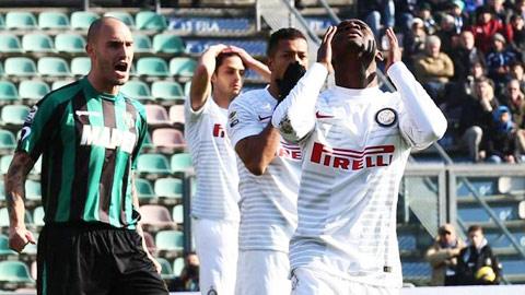 Inter (áo trắng) may mắn khi chỉ để thua… 3 bàn