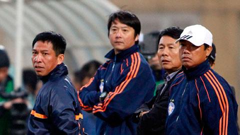 Trợ lý Quang Hùng (trái) luôn nhận được chỉ đạo sát sao của HLV Huỳnh Đức
