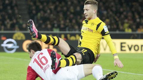Reus (trên) chơi cực kỳ mờ nhạt trước Augsburg