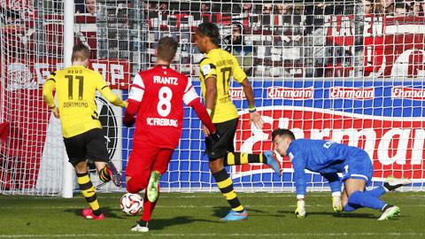 NHM lại được chứng kiến màn ăn mừng quen thuộc của HLV Klopp sau khi Dortmund (áo sáng) giành chiến thắng