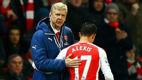 Wenger an ủi Sanchez khi bị thay ra