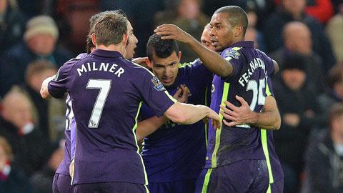 Đồng đội chia vui với Aguero trong trận đấu với Stoke