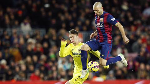 Mascherano (phải) luôn hoàn thành nhiệm vụ dù đá trung vệ hay tiền vệ