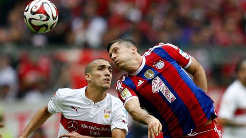 Những bất ổn ở cả hàng công và hàng thủ sẽ khiến Bayern (phải) gặp nhiều khó khăn trước Hamburg