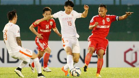 Trọng Hoàng (bìa phải) và đồng đội đã có màn trình diễn chấp nhận được trên sân nhà trước Shandong Luneng
