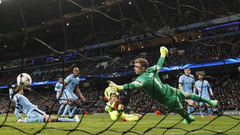 Hàng thủ Man City liên tiếp mắc sai lầm ở trận thua Barca